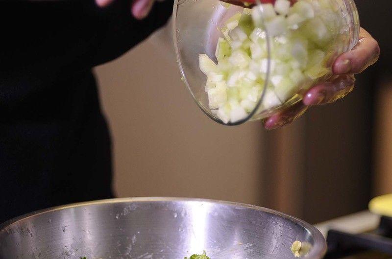 Agregar el pepino pelado y cortado en trozos pequeños.