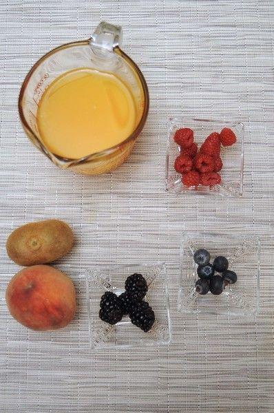 ngredientes para receta 1 pieza de durazno 1 1/2 tazas de jugo de naranja 1 pieza de kiwi 6 piezas de mora azul 1/4 taza de frambuesa