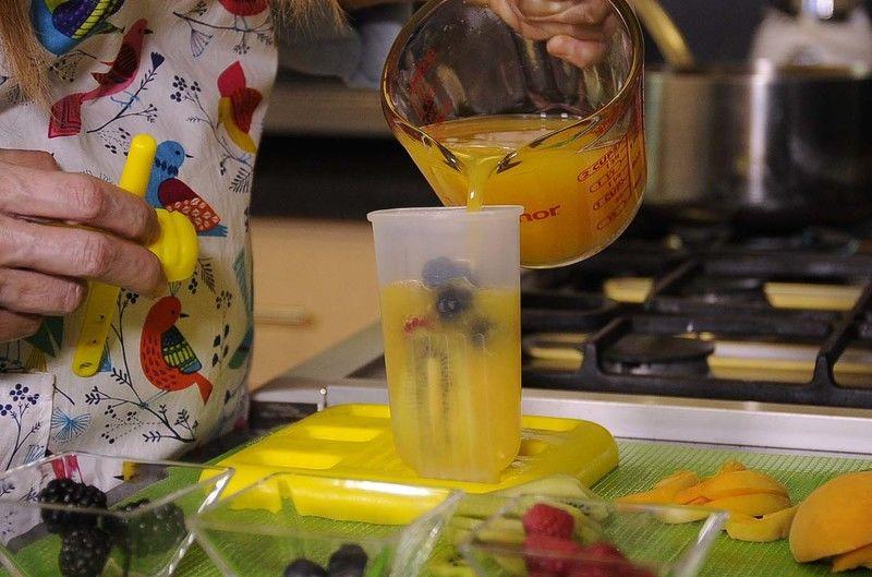 Vaciar el jugo de naranja en los moldes.