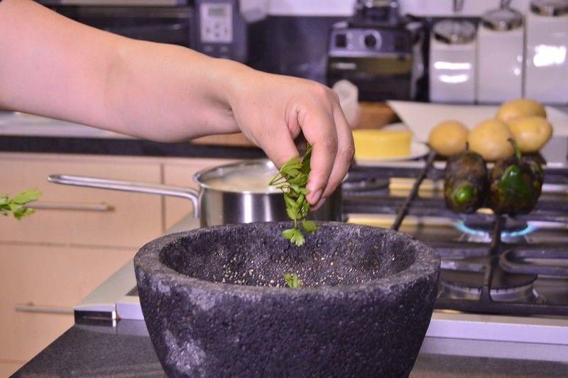 Colocar las hojas de perejil en el mortero.