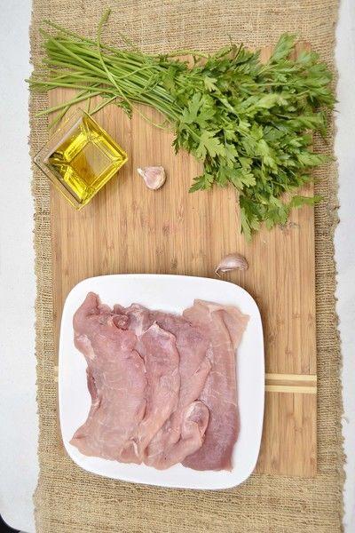 Ingredientes para receta 4 piezas de milanesa de puerco Help aceite de oliva al gusto sal al gusto pimienta negra molida al gusto 2 dientes de ajo 1/2 manojo de perejil fresco