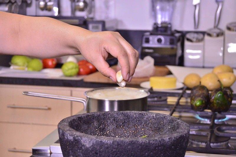 Agregar los dientes de ajo en el mortero y moler.