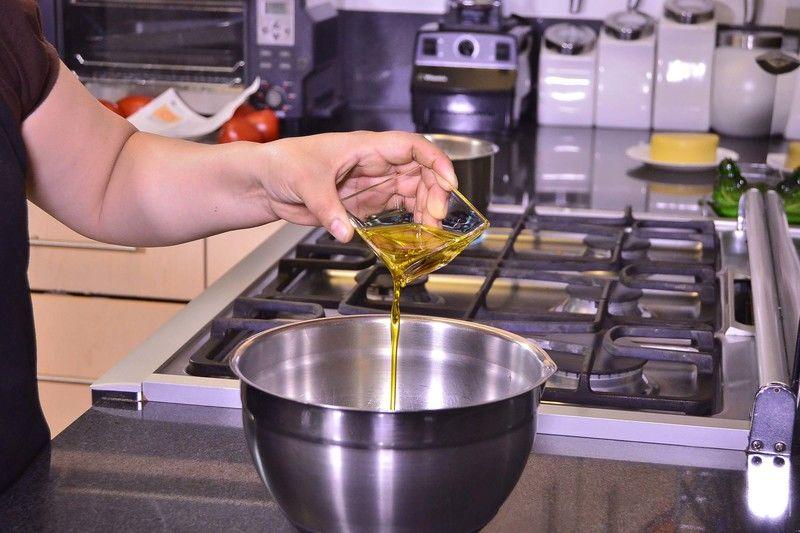 Añadir aceite de oliva, sazonar con sal, pimienta y revolver bien con la ayuda del globo.