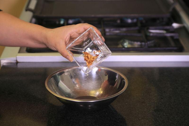 hojuelas de chile, sal y pimienta revolver bien con el batidor de globo hasta integrar todo. Reservar.