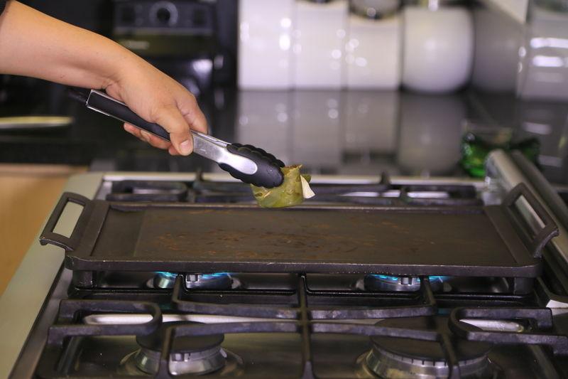 Colocar una vez más sobre el comal para asar ligeramente cada lado del rollito.