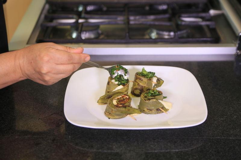 Colocar los rollitos de nopal en un platón y añadir encima el aderezo.