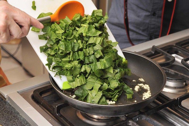 Agregar las espinacas picadas y esperar hasta que se cuezan y se sequen un poco, aproximadamente 3 minutos.