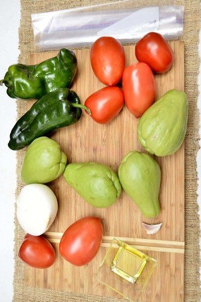 Ingredientes para receta 4 piezas de chayote 6 piezas de jitomate guaje 1/2 pieza de cebolla blanca 2 piezas de chile poblano 1 diente de ajo 2 cucharadas de aceite de oliva pimienta negra molida al gusto sal al gusto 1 pieza de bolsa de plástico