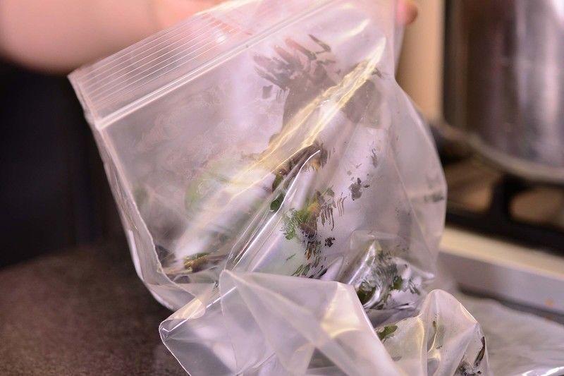 Colocar en una bolsa de plástico para que se sude durante 5 minutos.
