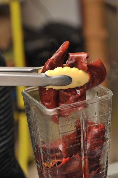 Colocar en una olla honda y agregar agua suficiente para cubrir los chiles, sazonar con sal al gusto. Hervir durante 5 minutos, apagar el fuego y dejar reposar 5 minutos más. Escurrir los chiles y colocar en el vaso de la licuador