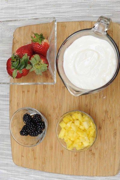 Ingredientes para receta 4 piezas de fresas frescas rebanadas 8 piezas de moras 2 tazas de yogur natural 1/2 taza de piña