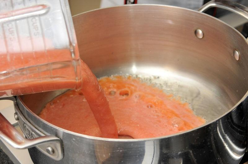 Calentar un poco de aceite en una sartén onda y sofreír la salsa de jitomate durante 3 a 5 minutos hasta que tome un tono rojo más intenso. Sazonar con sal.