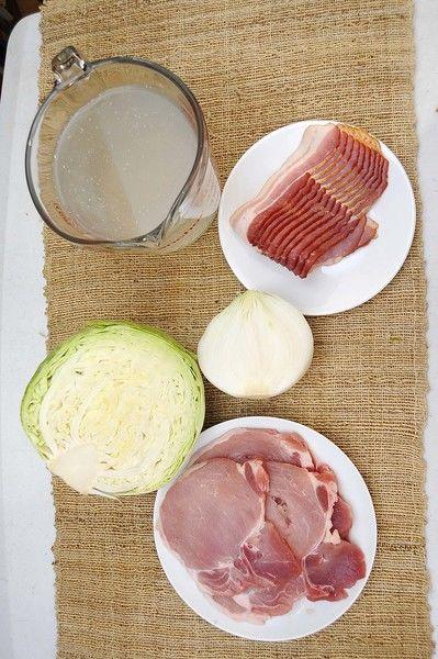 Ingredientes para receta 300 gramos de tocino ahumado 4 piezas de chuleta de cerdo 1/2 pieza de cebolla blanca sal al gusto 4 tazas de caldo de pollo 1/2 pieza de col o repollo