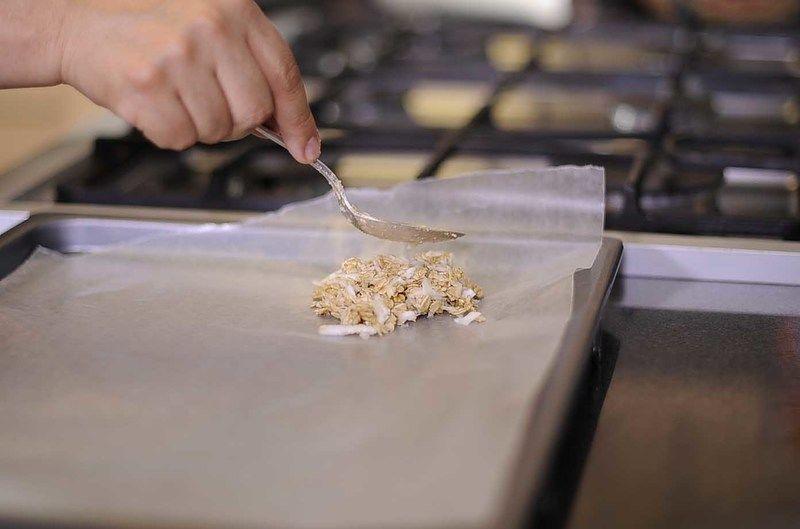 En una charola para galletas con papel encerado poner 2 cucharadas de la mezcla y acomodar hasta llenar la charola. Hornear durante 12 minutos.
