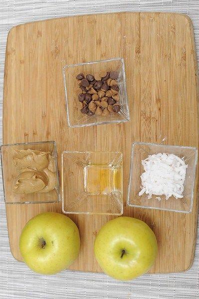 Ingredientes para receta 2 piezas de manzana 4 cucharadas de mantequilla de cacahuate 1 cucharada de miel coco rallado al gusto chispas de chocolate al gusto