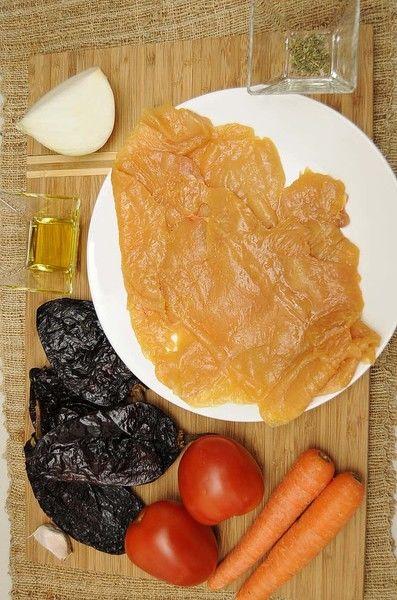 Ingredientes para receta 4 piezas de chile ancho 2 piezas de jitomate guaje 1 diente de ajo 1/4 pieza de cebolla blanca 1 pizca de orégano 2 piezas de zanahoria sal al gusto pimienta negra molida al gusto 2 piezas de milanesa de pollo 2 cucharadas de aceite de oliva