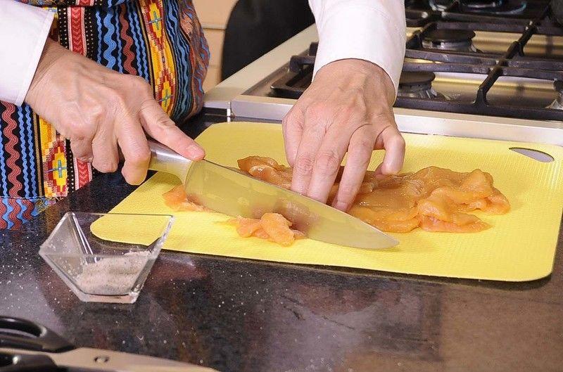 Cortar la pechuga de pollo en trozos a tamaño bocado.