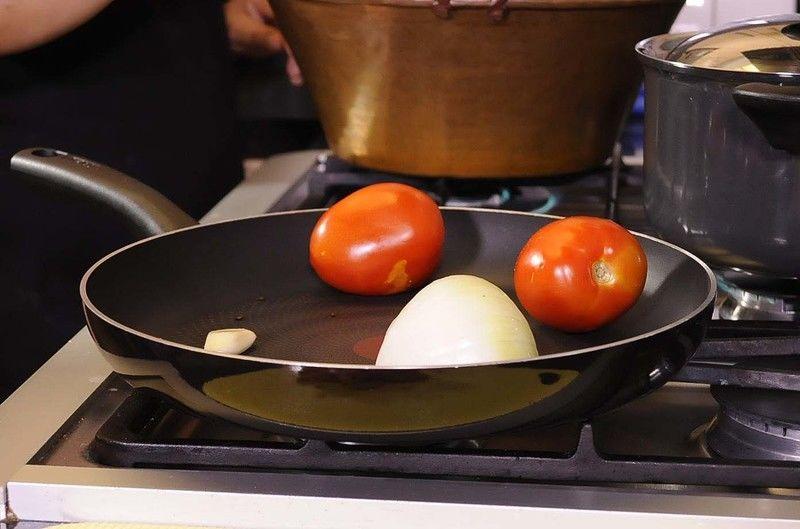 Asar el jitomate, cebolla y ajo volteando constantemente para que queden asados pero no quemados.