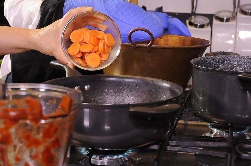 Agregar la zanahoria en rodajas. Sazonar con pimienta y sal. Continuar cociendo hasta que este cocido.