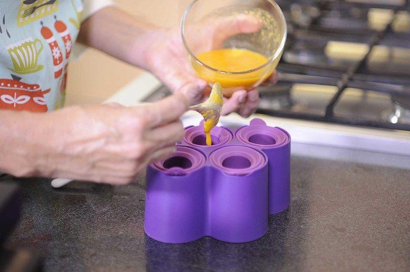 Rellenar los contenedores de paletas con una de las frutas y meter al congelador durante 1 hora,