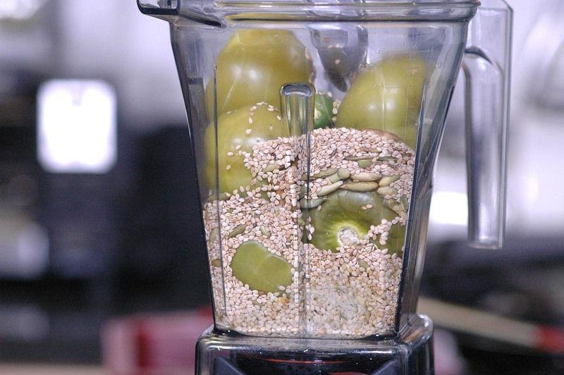 Agregar las pepitas de calabaza y el ajonjolí, hasta obtener una mezcla homogénea.