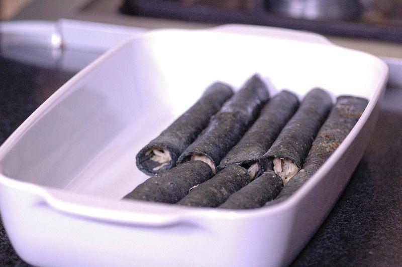 Enrollar cada enchilada y colocar en una fuente para horno.