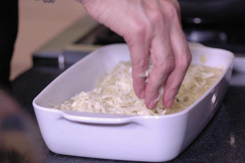 Bañar las enchiladas con la salsa verde y cubrir con el queso rallado. Hornear a 350°F (175°C) de 10 a 15 minutos hasta que el queso esté derretido y dorado.