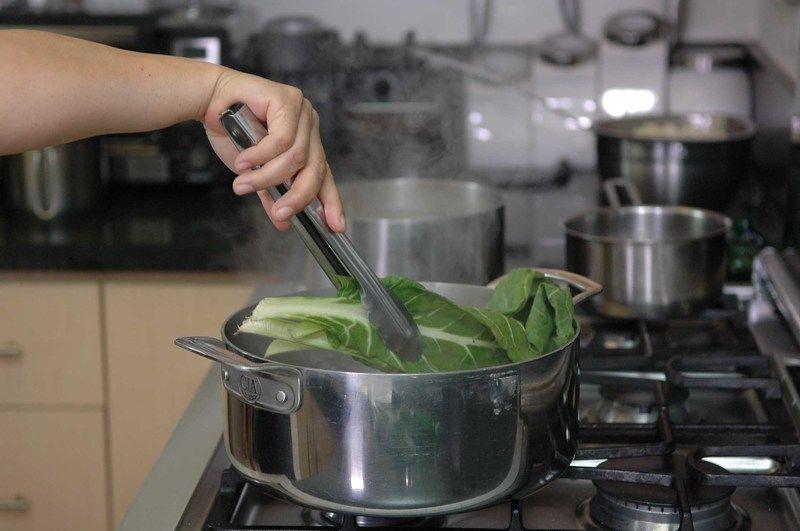 Poner a calentar agua en la olla honda, y cuando comience a hervir añadir las hojas de acelga durante unos minutos para que se suavicen.