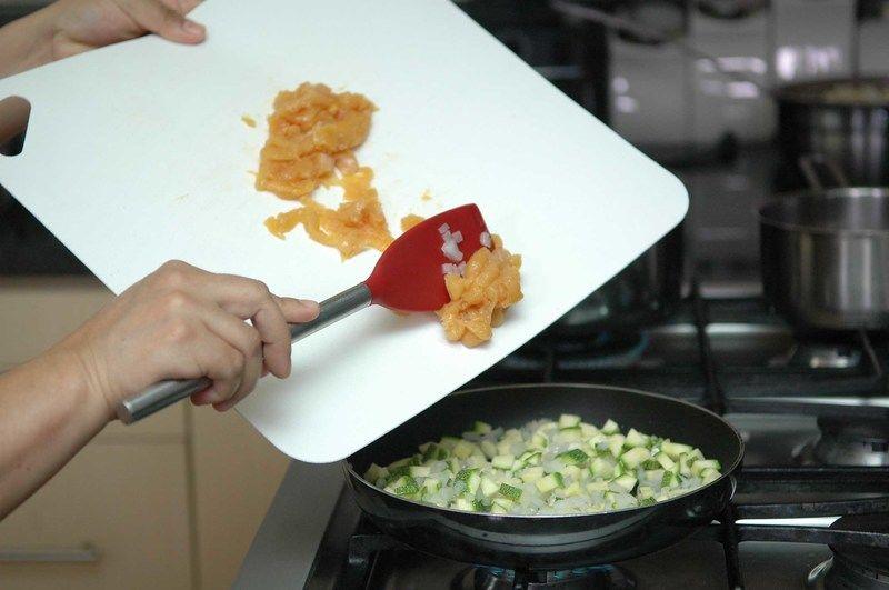 Añadir los trozos de pollo, sazonar con sal y pimienta. Continuar cociendo durante 4 minutos más y dejar enfriar un poco.