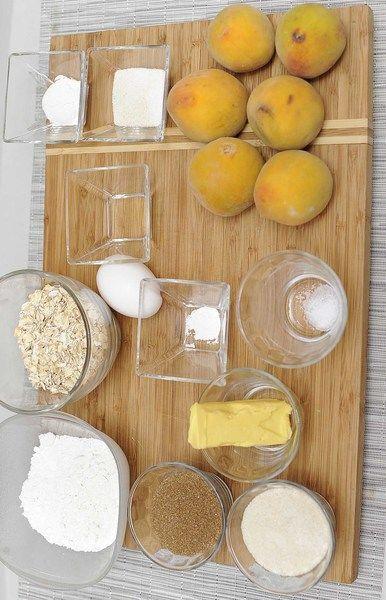 Ingredientes para para el relleno 6 piezas de durazno 2 cucharadas de azúcar blanca 1 cucharada de harina de trigo Ingredientes para para lo de arriba 1/4 taza de azúcar blanca 1/4 taza de azúcar morena 55 gramos de mantequilla a temp. ambiente 1 pieza de huevo 1/2 taza de harina de trigo 1/2 taza de avena 1/4 cucharita de polvo para hornear (levadura química) 1/4 cucharita de sal 1 cucharita de esencia de vainilla