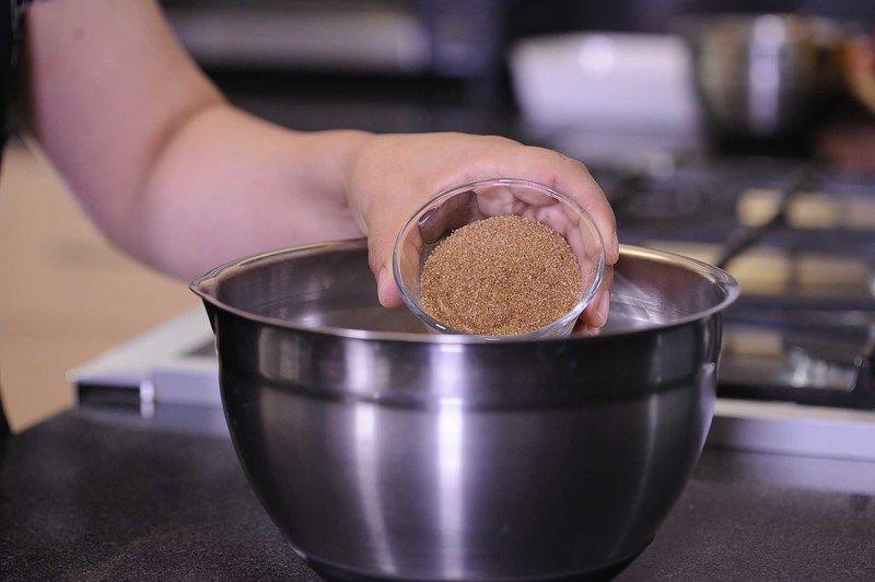 Precalentar el horno a 350F En un tazón mezclar el azúcar blanca, azúcar morena y mantequilla, batir a velocidad media hasta acremar,