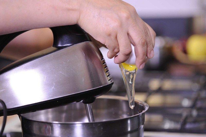Agregar la vainilla y el huevo, batir bien.