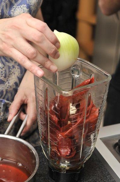 Dejar reposar otros 5 minutos y moler en la licuadora con un poco de agua junto con el ajo y ¼ de cebolla (el otro cuarto va picado para agregar al final).