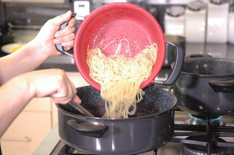 Vaciar la pasta a la mezcla de carne.