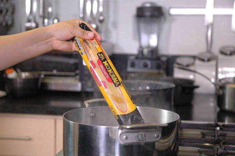 Hervir agua en una olla, agregar la pasta.