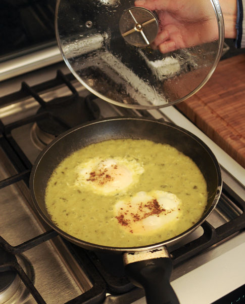 Tapar la sartén y cocer durante 3 minutos o hasta que los huevos estén cocidos.