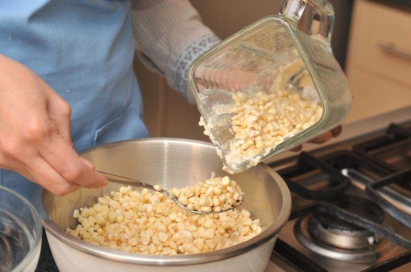 Dejar suavizar un poco la mantequilla y batir con un tenedor hasta que se esponje un poco. Añadir el elote molido, el azúcar y la sal, incorporando bien con la cuchara de madera. Colocar en una bolsa de plástico y refrigerar al menos una hora, hasta obtener una masa compacta. Esto puede hacerse la noche anterior.