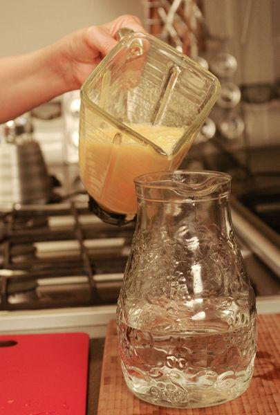 Verter en una jarra con el resto del agua, agregar hielo y los cubos de piña.