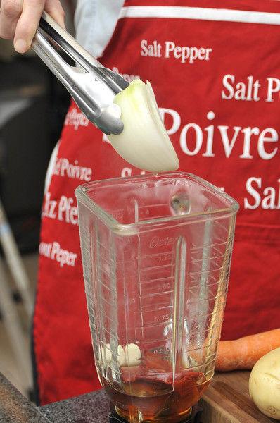 Poner a hervir los chiles guajillos desvenados en una olla honda con agua hirviendo durante 5 minutos. Licuar los chiles con un poco del agua donde se cocieron, junto con el trozo de cebolla y el ajo.