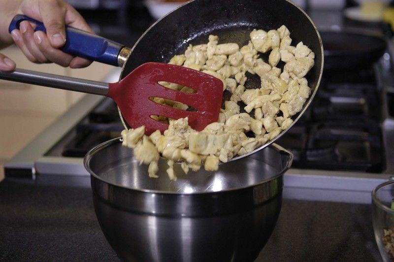Añadir el pollo a la mezcla de crema.
