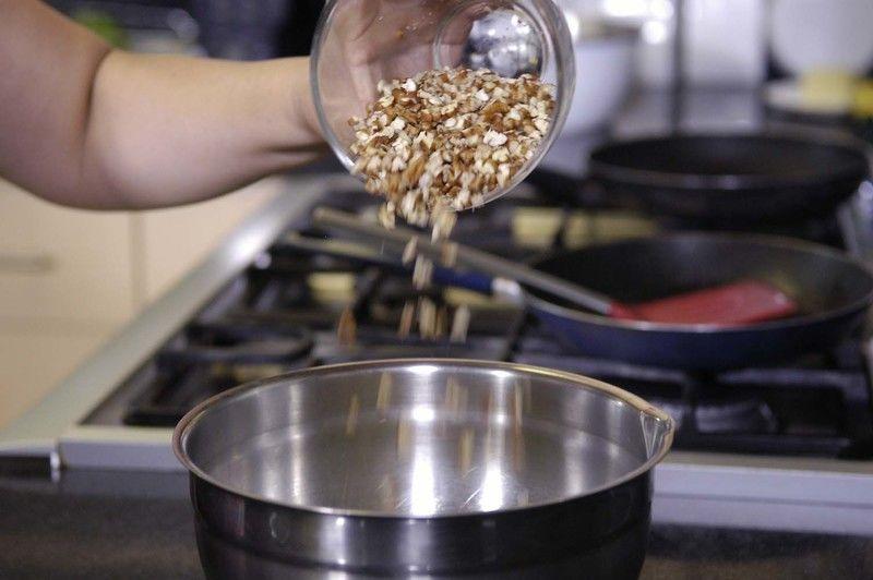 Agregar apio picado, perejil picado y nueces. Revolver bien y refrigerar durante 10 minutos.