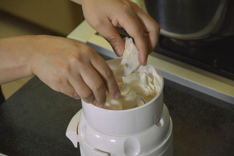 Colocar los trozos de repollo y la zanahoria cortada en el procesador de alimentos y triturar hasta que la mezcla quede finamente picada.