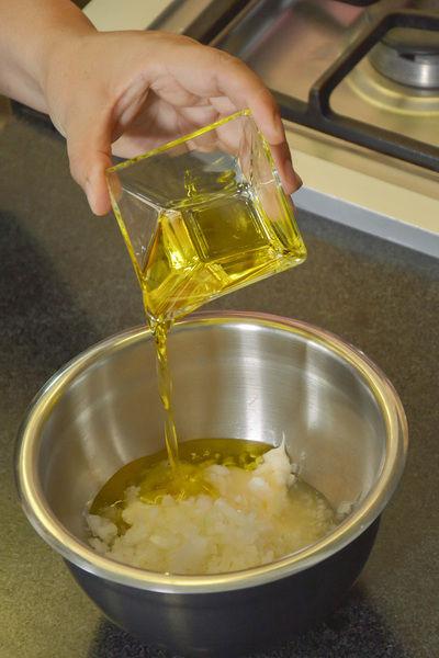Agregar vinagre de manzana, cebolla picada, jugo de limón y aceite vegetal.