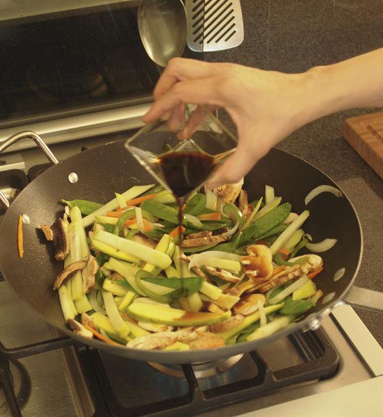 Agregar los chayotes, la calabacita y los hongos en rebanadas, cocinar 5 minutos más. Sazonar con salsa de soya, revolver bien.