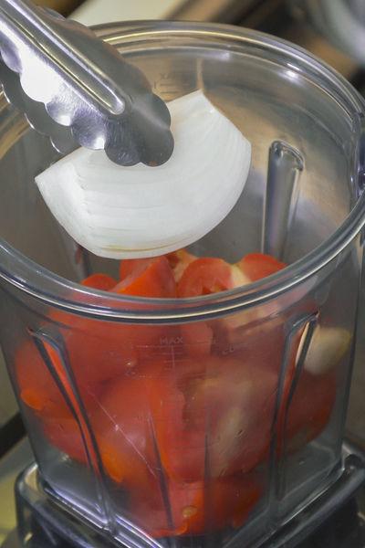 Colocar los jitomates cortados en cuartos junto con el diente de ajo y el trocito de cebolla en el vaso de la licuadora, agregar u poquito de agua.