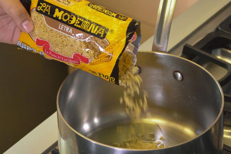 Calentar el aceite en la olla y sofreír la pasta hasta que se vea un poco dorada.