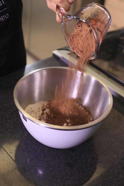 Colocar en un tazón la harina, la cocoa en polvo.