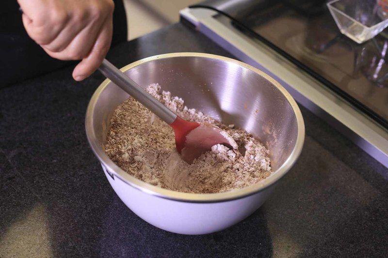 Mezclar bien con una cuchara para integrar todos los ingredientes y reservar.
