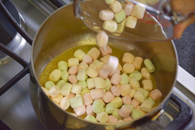 En un sarten grande derretir la mantequilla. Agregar vainilla y bombones.