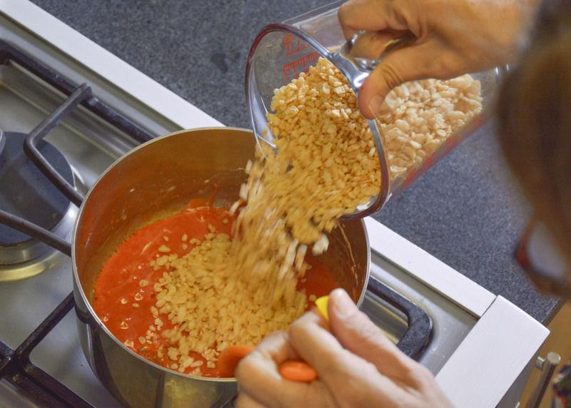 Agregar el cereal y revolver hasta integrar bien. Apagar y dejar enfriar.